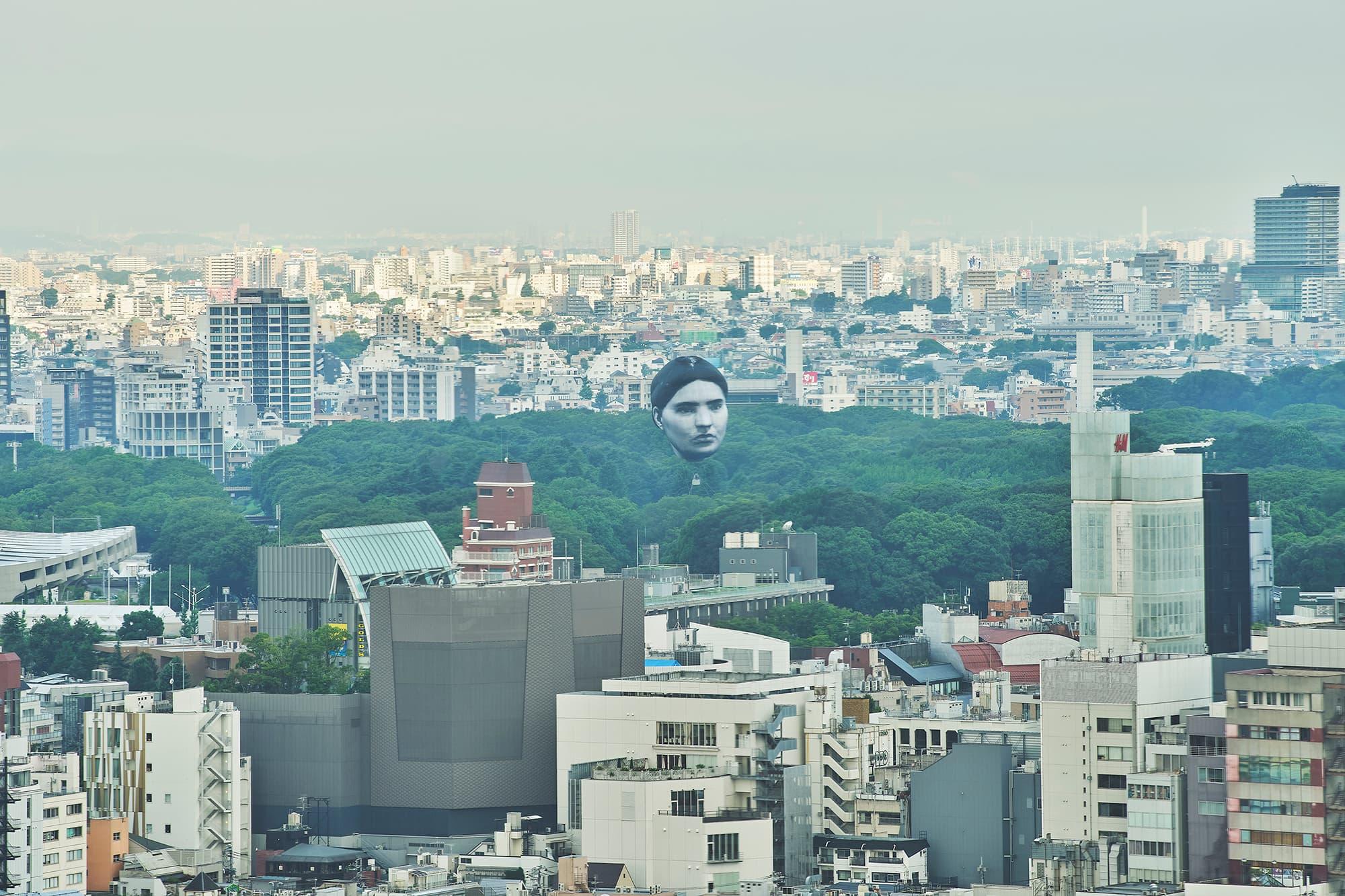 Снимок дня. Гигантская летающая голова в Токио, которая следит за пандемией