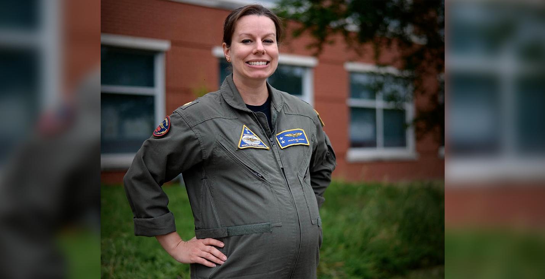 На фото — лейтенант-командер Жаклин Нордан. Она позирует в первом прототипе костюма для беременных.