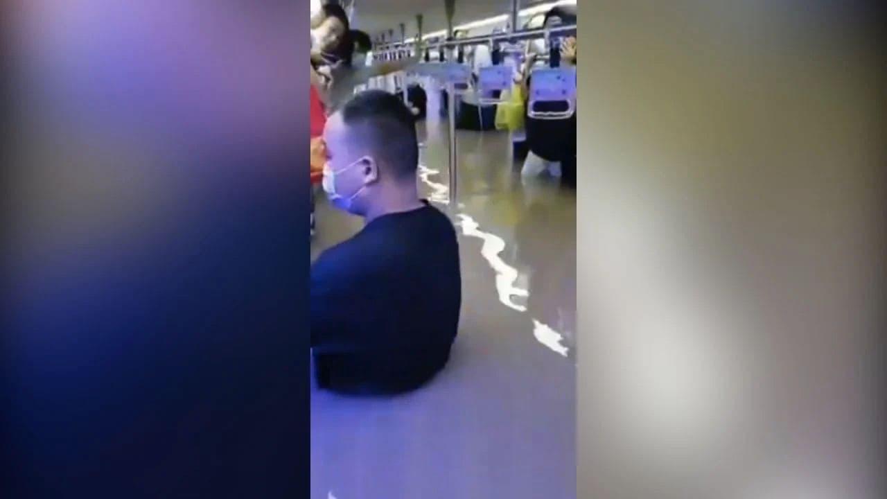 Видео дня. Затопленное метро с пассажирами в Китае