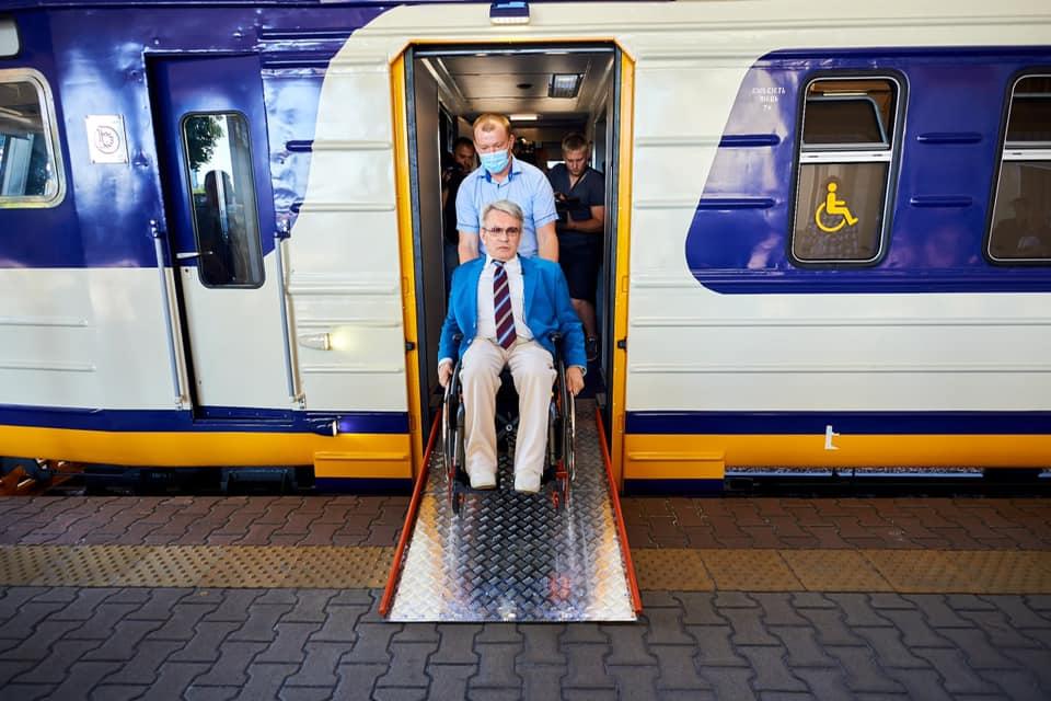 «Укрзалізниця» запустила первый инклюзивный пригородный поезд. Как он выглядит