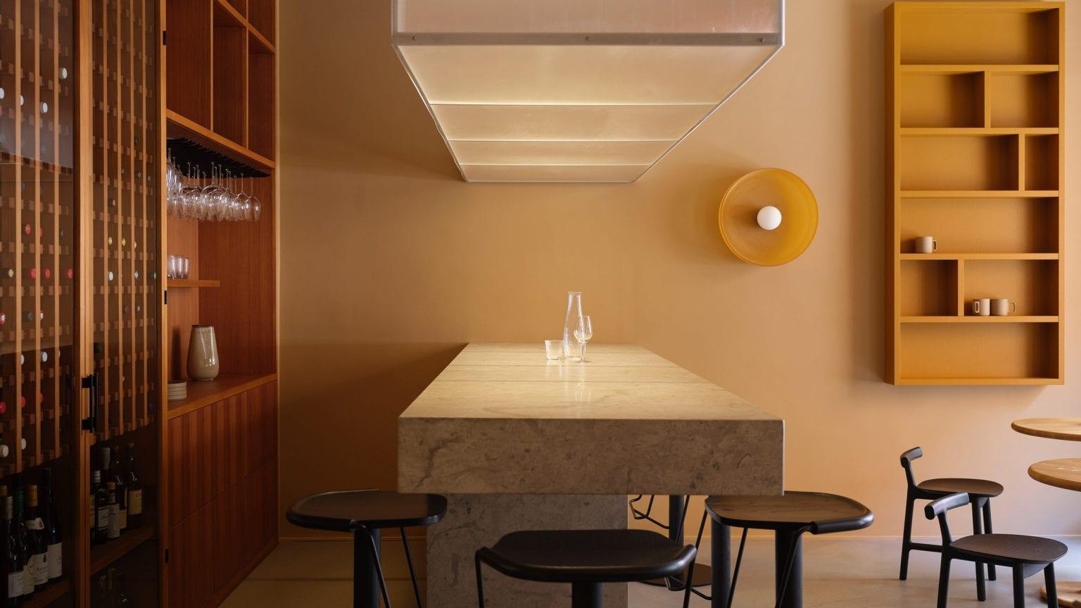 В Стокгольме открыли офис с винным баром! Чтобы «приятно работать, пить и общаться»