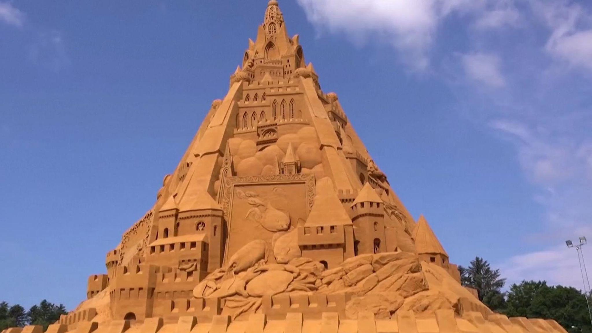 В Дании построили самый большой в мире замок из песка. Он олицетворяет силу коронавируса
