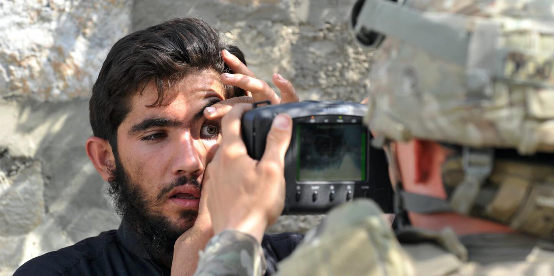 На снимке 2011 года солдат вооруженных сил США сканирует глаз афганца с помощью портативного устройства биометрической аутентификации. Фото — Туасиф Мустафа / AFP.