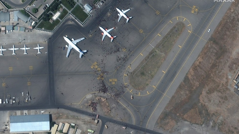 Толпа на взлетной полосе. Опубликованы спутниковые снимки аэропорта Кабула во время эвакуации