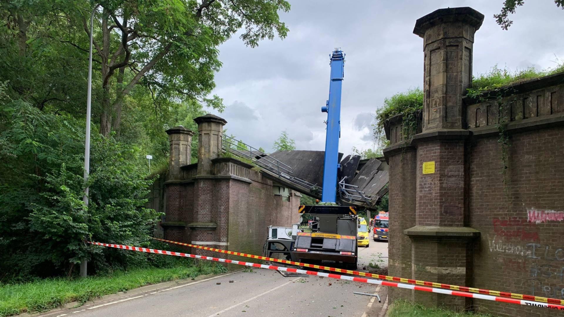 В Нидерландах подъемный кран разрушил мост XIX века. Он был памятником национального значения