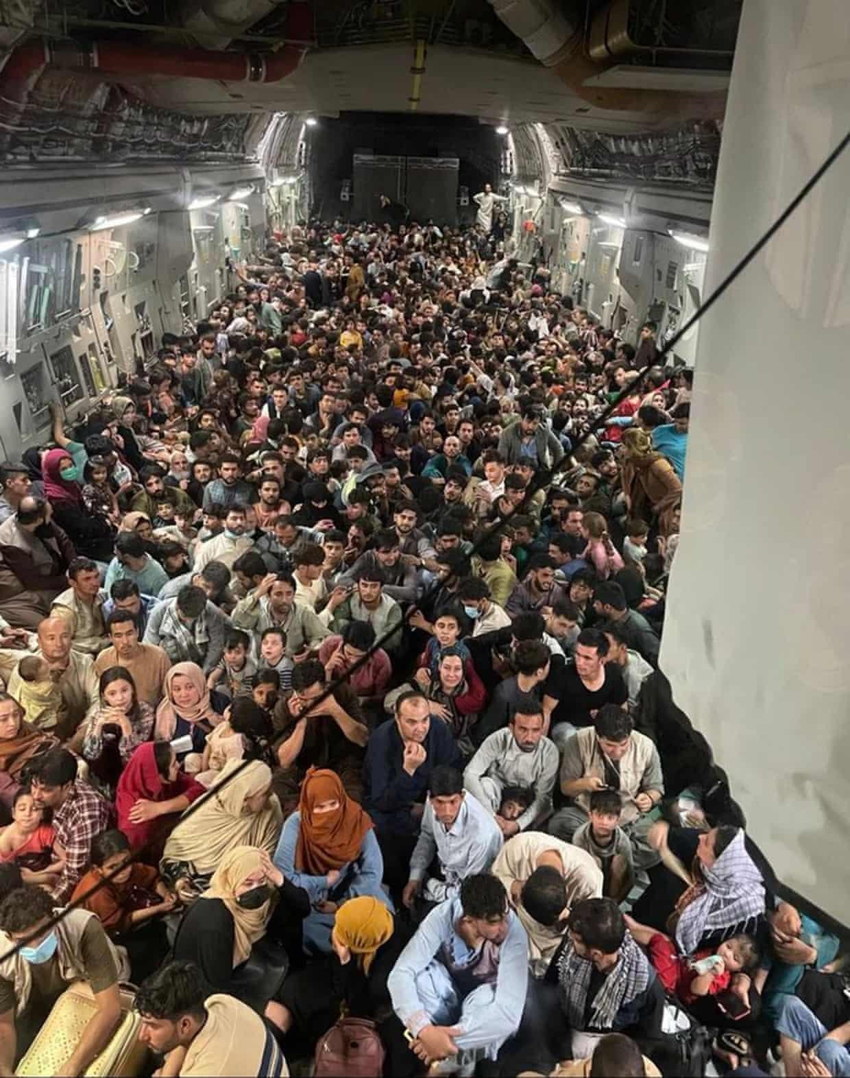 Снимок дня. 640 афганцев в самолете американских ВВС