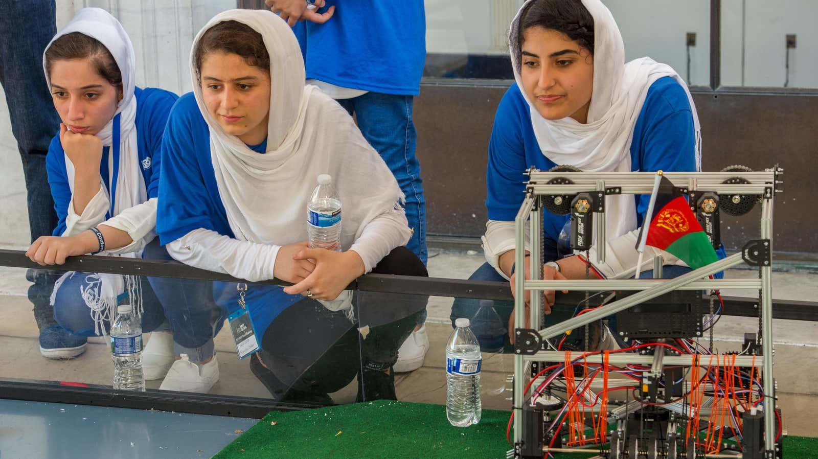 Афганская женская команда по робототехнике пытается сбежать из страны. Пока безуспешно