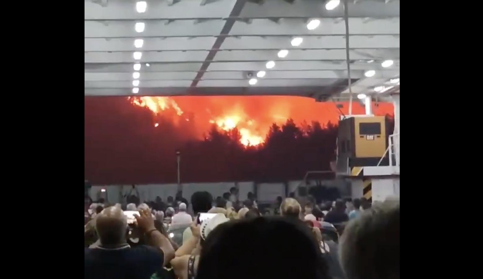 Видео дня. Людей эвакуируют на пароме с горящего греческого острова