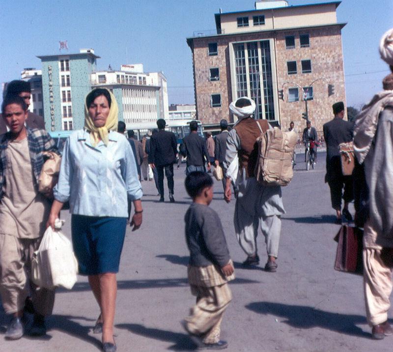 Женщина в яркой одежде, идущая по одной из улиц Кабула. 1974 год.