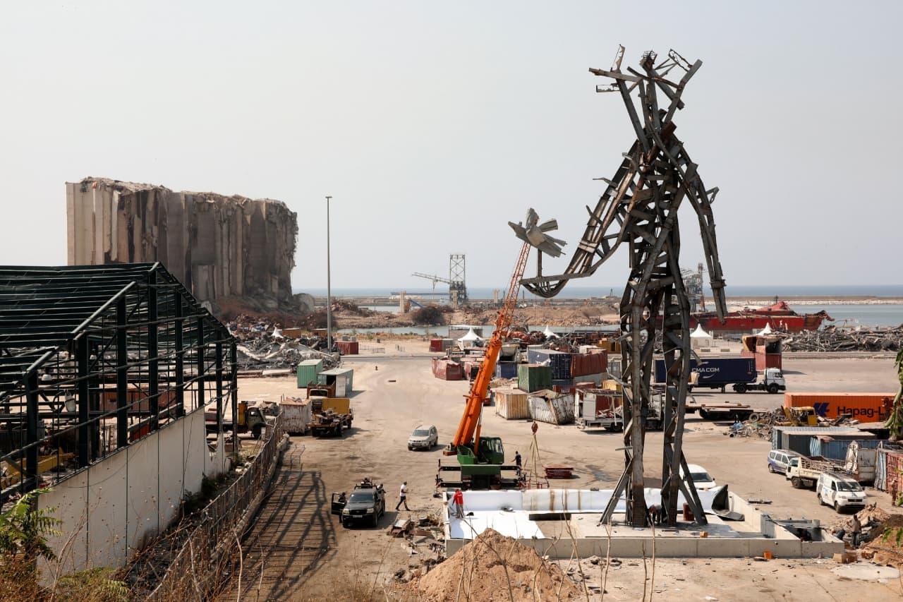 Снимок дня. Гигантская скульптура из обломков разрушенных взрывом зданий в Бейруте