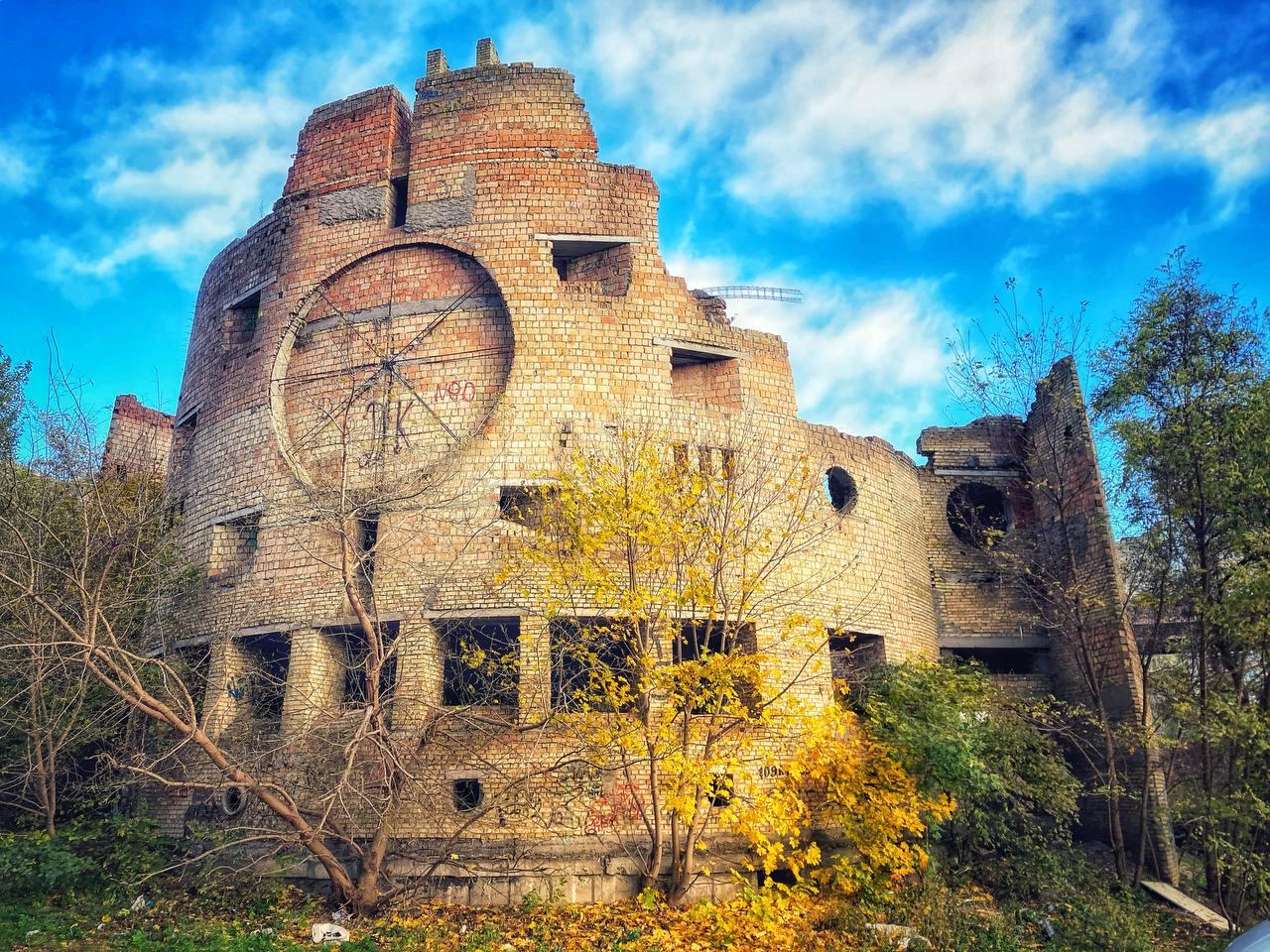 Дворец культуры, известный в народе как ДК Бомж.