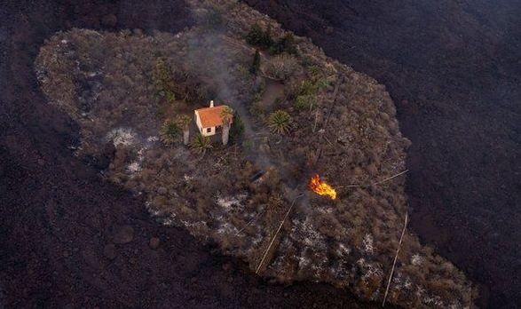 Снимок дня. Дом выстоял против потока лавы из извергающегося вулкана на Канарах