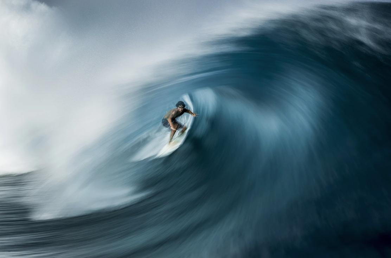Серфингист ловит волну на Таити. Победитель в номинации «Приключения». Фото — Ben Thouard.