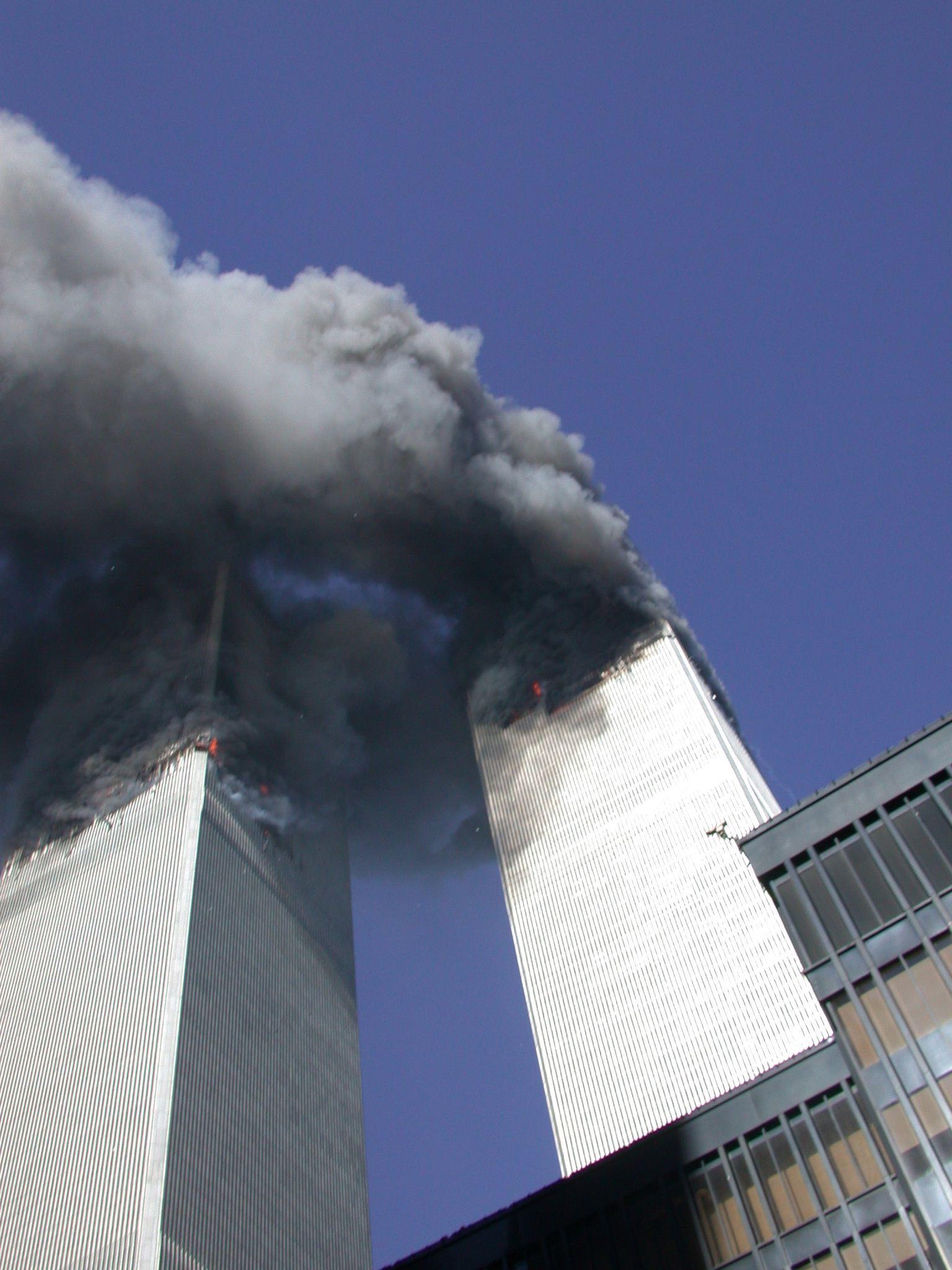 Ранее не опубликованное фото: башни Всемирного торгового центра после того, как самолеты врезались в здания.