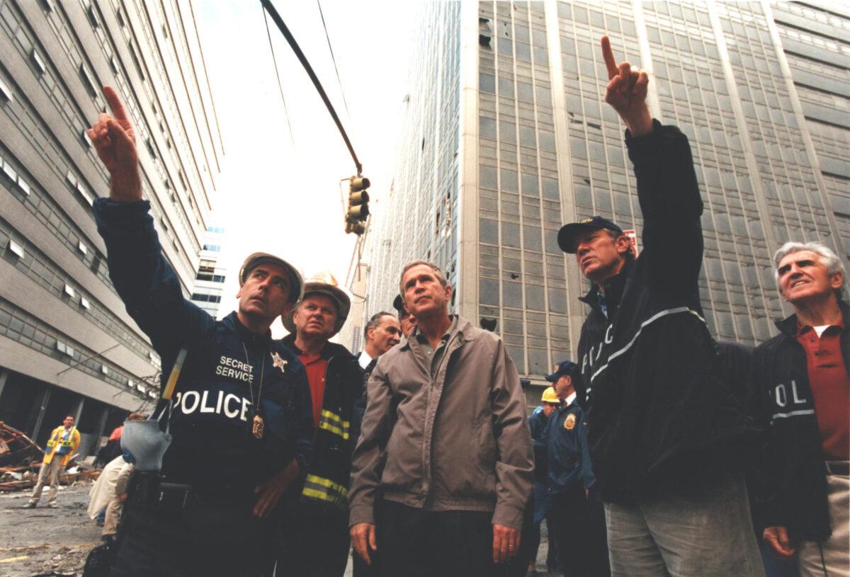 Заместитель помощника директора Секретной службы Фрэнк Ларкин сопровождает президента США Джорджа Буша-младшего в Ground Zero. 14 сентября 2001 года.