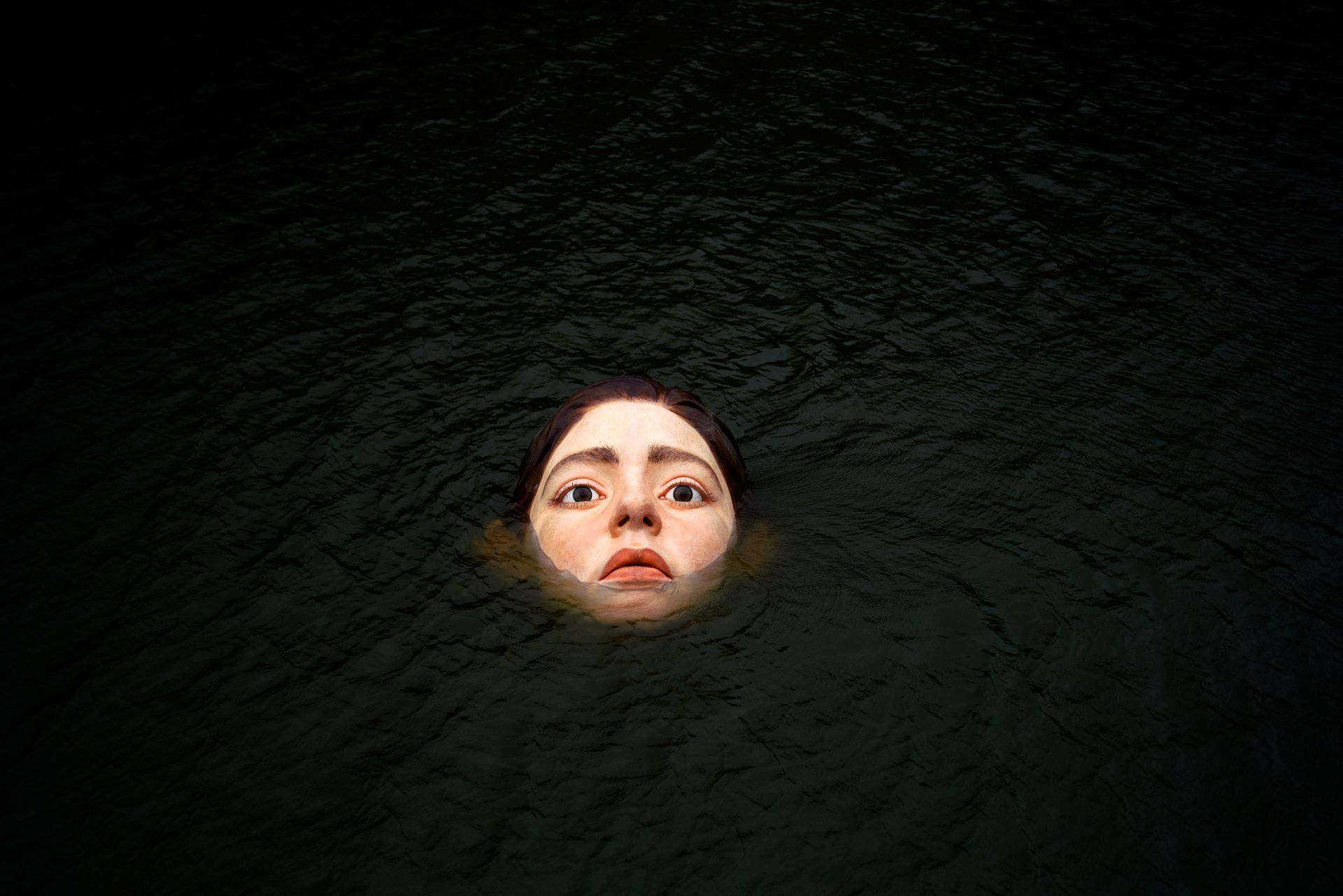Снимок дня. Скульптура тонущей девочки в Испании