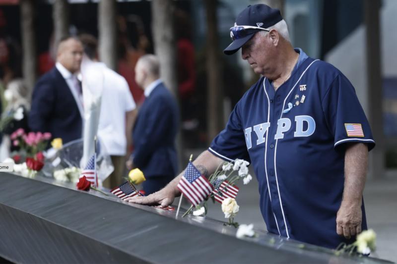Мужчина возле мемориала, посвященного жертвам терактов 11 сентября. 11 сентября 2021 года. Фото – NPR.