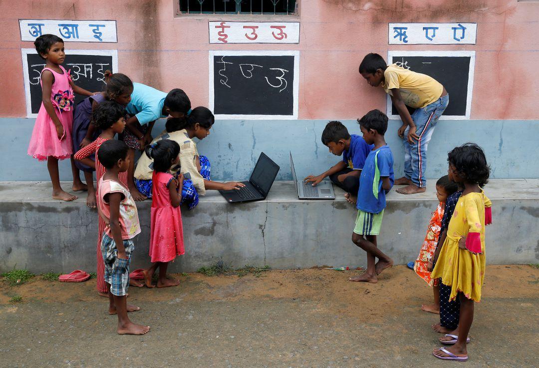 В Индии школьный учитель использует стены вместо классных досок. Чтобы преподавать во время карантина