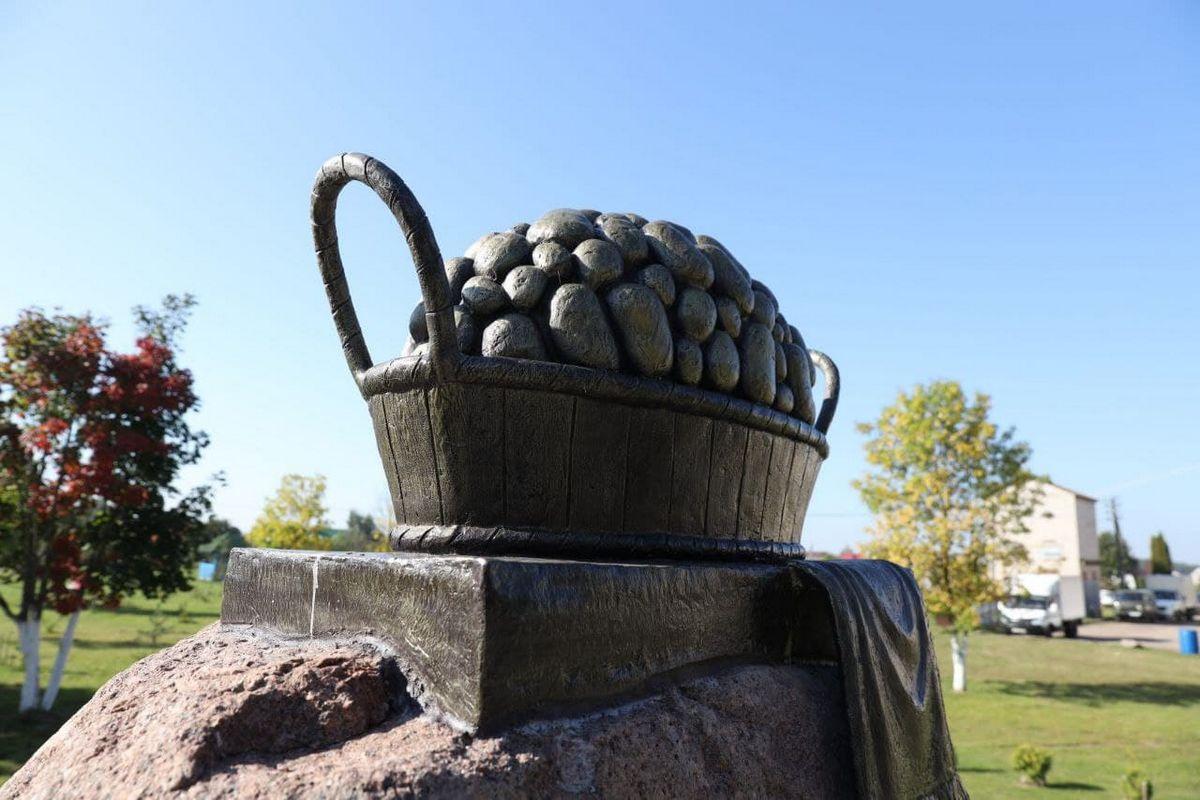 В Беларуси появился памятник картошке