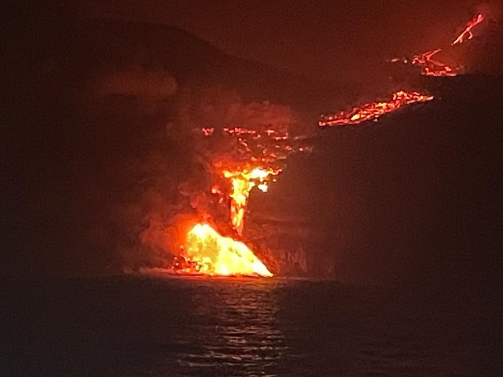 Лава из вулкана на Канарах образовала в океане 50-метровую пирамиду. Почему это опасно