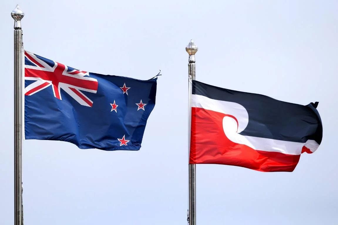 Флаг Новой Зеландии и флаг маори. Фото — Сrwflags.
