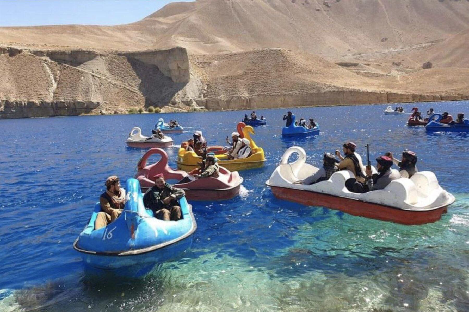 Снимок дня. Вооруженные гранатометами талибы катаются на лодках-лебедях