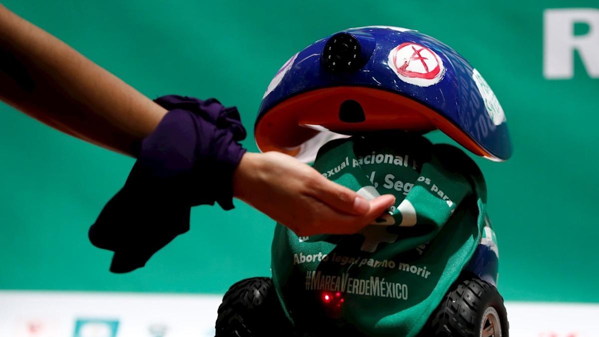 Мексиканские феминистки презентовали робота, который будет доставлять препараты для аборта в запрещенные штаты