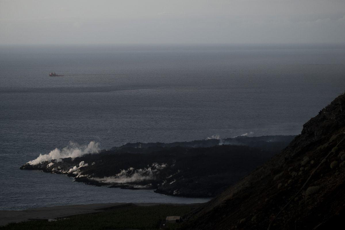 Лава из вулкана на Канарах создала в заливе «самое новое место на Земле»