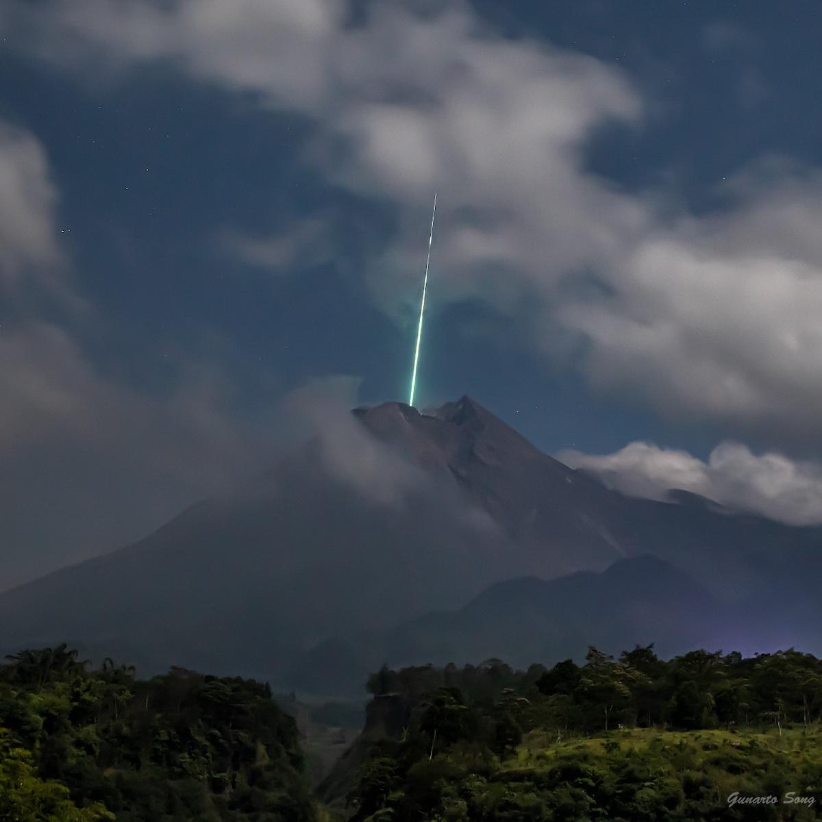 Снимок дня. Метеор, падающий в жерло вулкана в Индонезии
