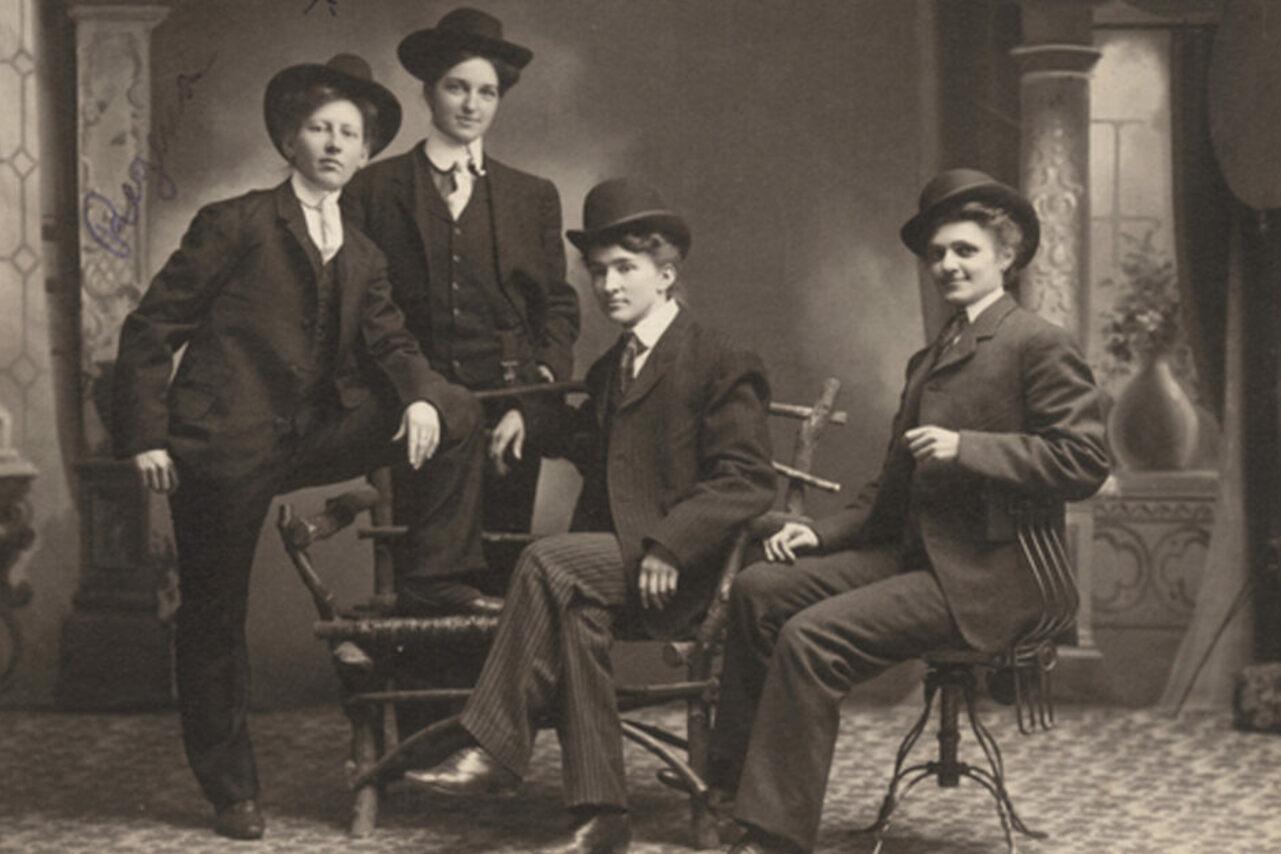 Женщины в мужских костюмах позируют для снимка.Фото — Minnesota Historical Society